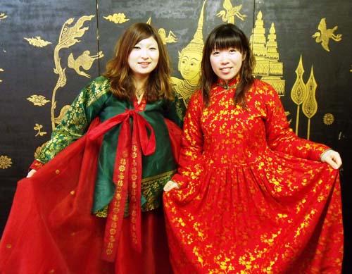 アジア民族造形館 色鮮やかな衣装を身にまとい記念撮影!