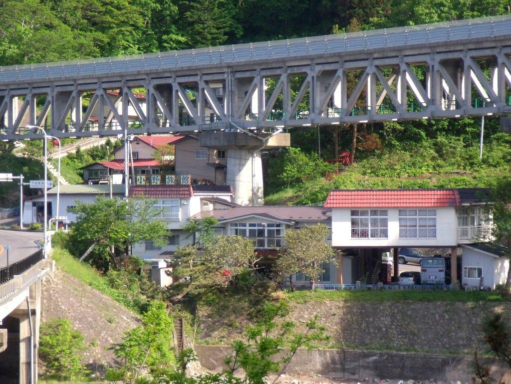 小野旅館 三陸鉄道リアス線の景勝ポイントである安家川河口にかかる橋脚のそばにあり景観もみどころ