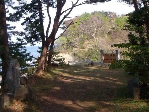 西行屋敷跡 句碑が建つ、木々に囲まれる静かな場所
