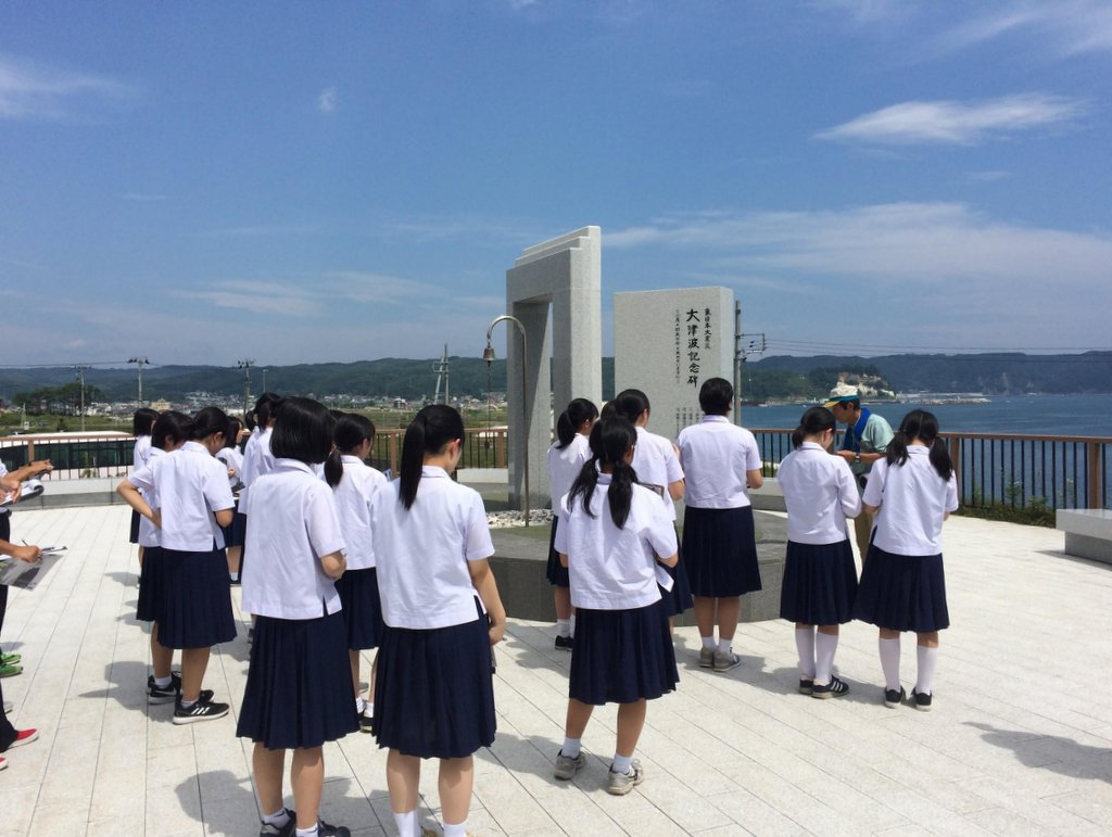 震災ガイド ガイドのイメージ(東日本大震災 大津波記念碑前)