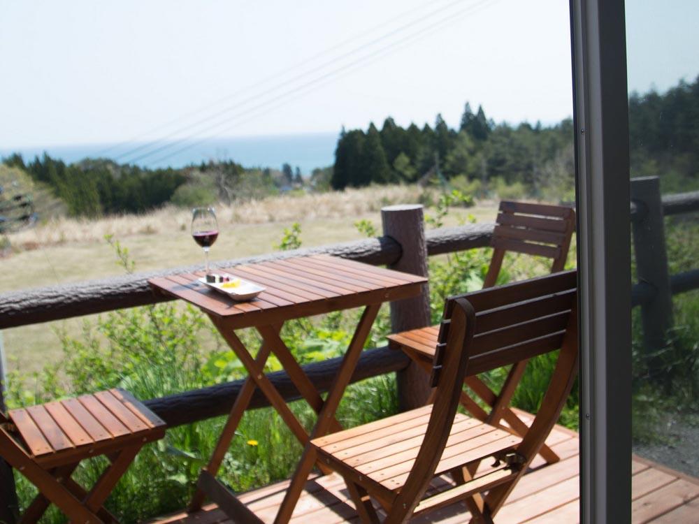 涼海の丘ワイナリー テイスティングルーム 海の見えるオープンデッキ席