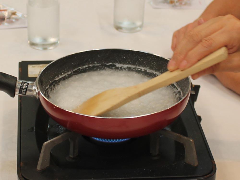 のだ塩作り体験 じっくり沸騰させると、塩ができあがります!