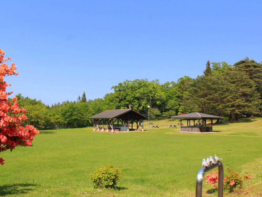玉川野営場 きれいな芝生の野営・キャンプ場。高台にあり海のすぐそば。