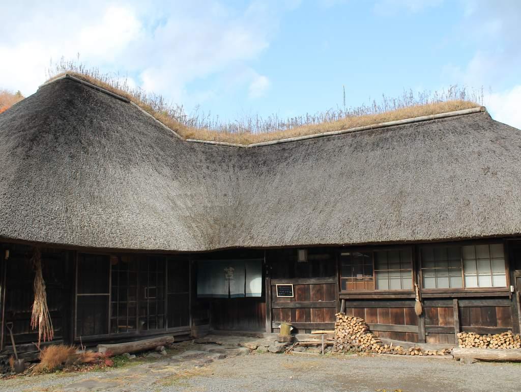 苫屋 南部曲り家を改装しています。茅葺屋根は平成22年の冬に新しくなりました。