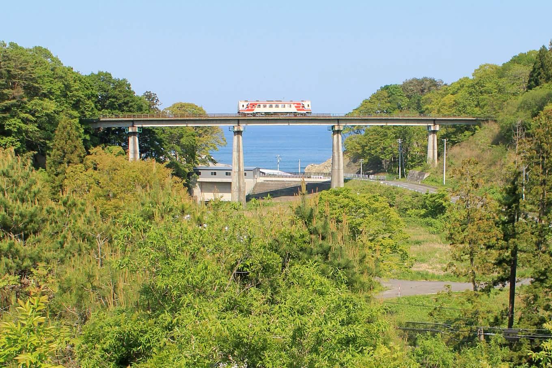 新緑と三陸鉄道(岩手県野田村)