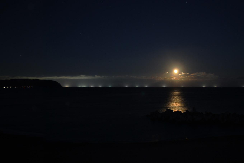 満月と漁火(岩手県野田村)