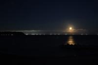 満月と漁火